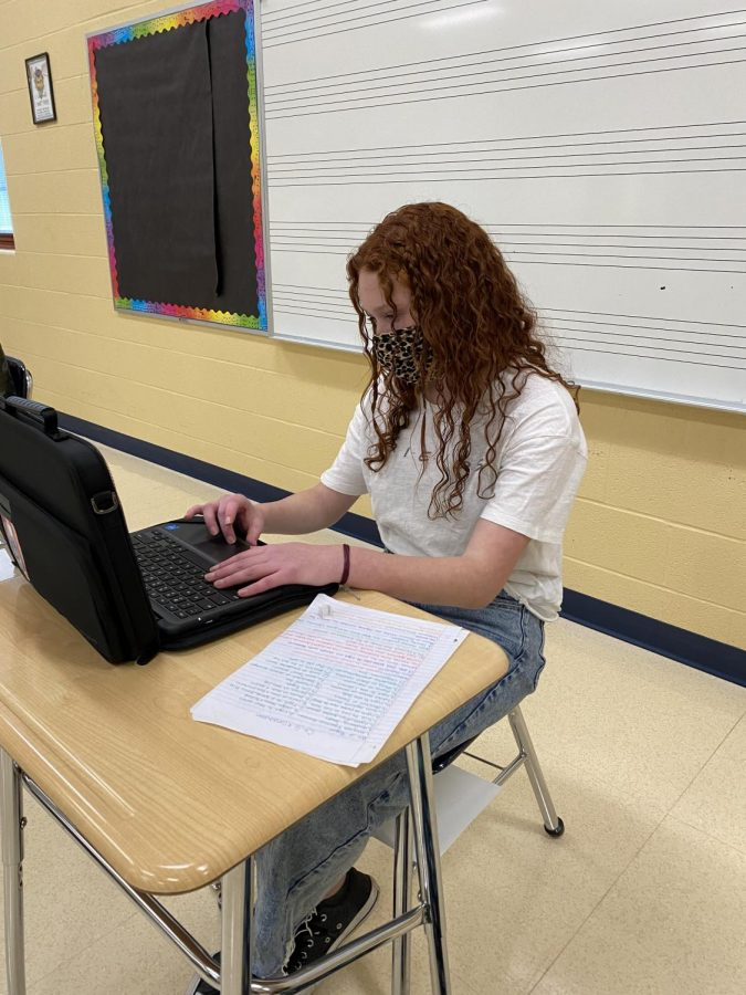 Sophomore+Reagyn+Mangano+works+on+her+chromebook+in+a+classroom+at+Tallmadge+High+School.